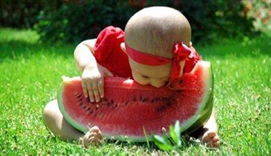 Малыш с арбузом в руках