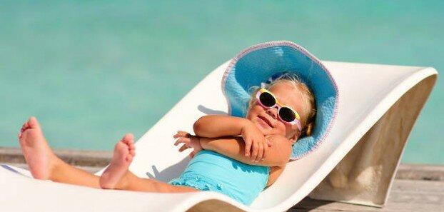 Ребенок загорает на солнце