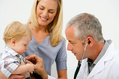 Осмотр малыша у доктора