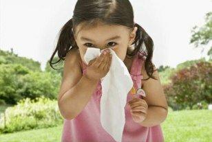 Маленькая девочка с платочком