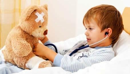 Ребенок лечит плюшевого мишку