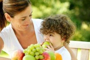 Ребенок и мама едят фрукты