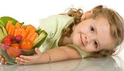 Девочка с корзинкой овощей