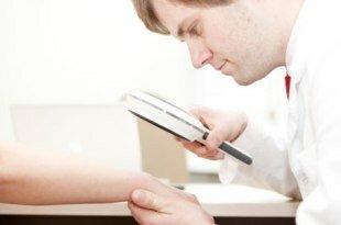 Доктор осматривает кожу пациента