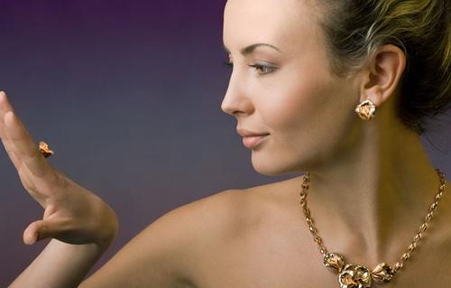 девушка в золотых украшениях